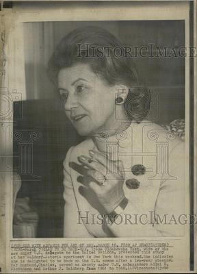 Irena Rawicz-Oldakowska Yost żona amerykanskiego ambasadora i dyplomaty Charlsa Yosta (1915-2006); corka Kazimierza Oldakowskiego (1878-1940) przedwojennego dyrektora polskiej fabryki broni w Radomi.